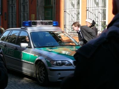 FDP-Leute bequatschen Streifenwagen