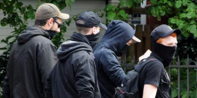 """Die \""""Autonomen Nationalisten\"""" Delmenhorst auf dem Weg zu einer Gerichtsverhandlung im Juli."""